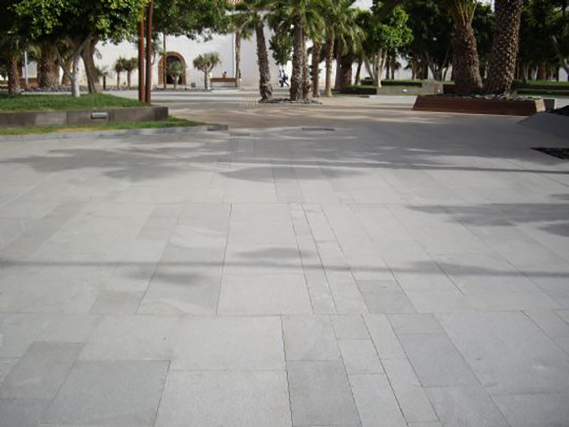 Solado de granito gris oscuro grano fino flameado for Piedra de granito natural